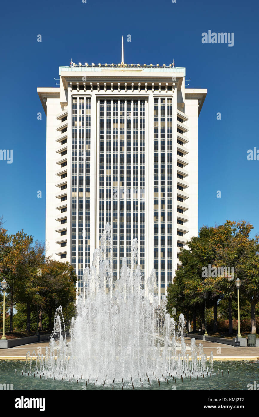 High-rise office building, Regions Bank, with decorative fountain in front in Montgomery Alabama, USA. - Stock Image