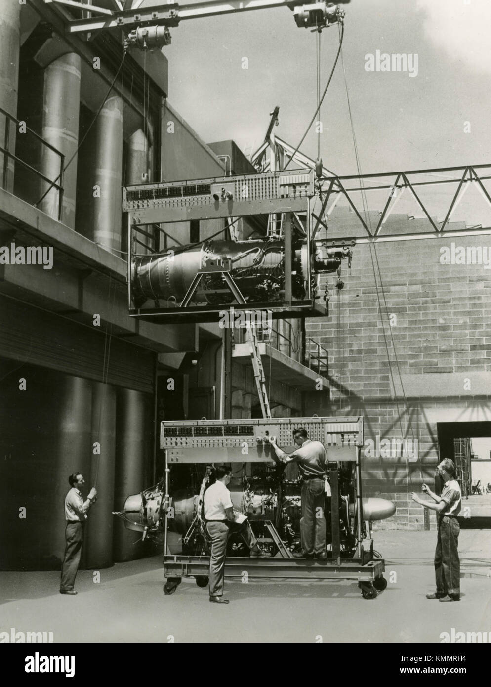 Loading aircraft engines, 1940s - Stock Image