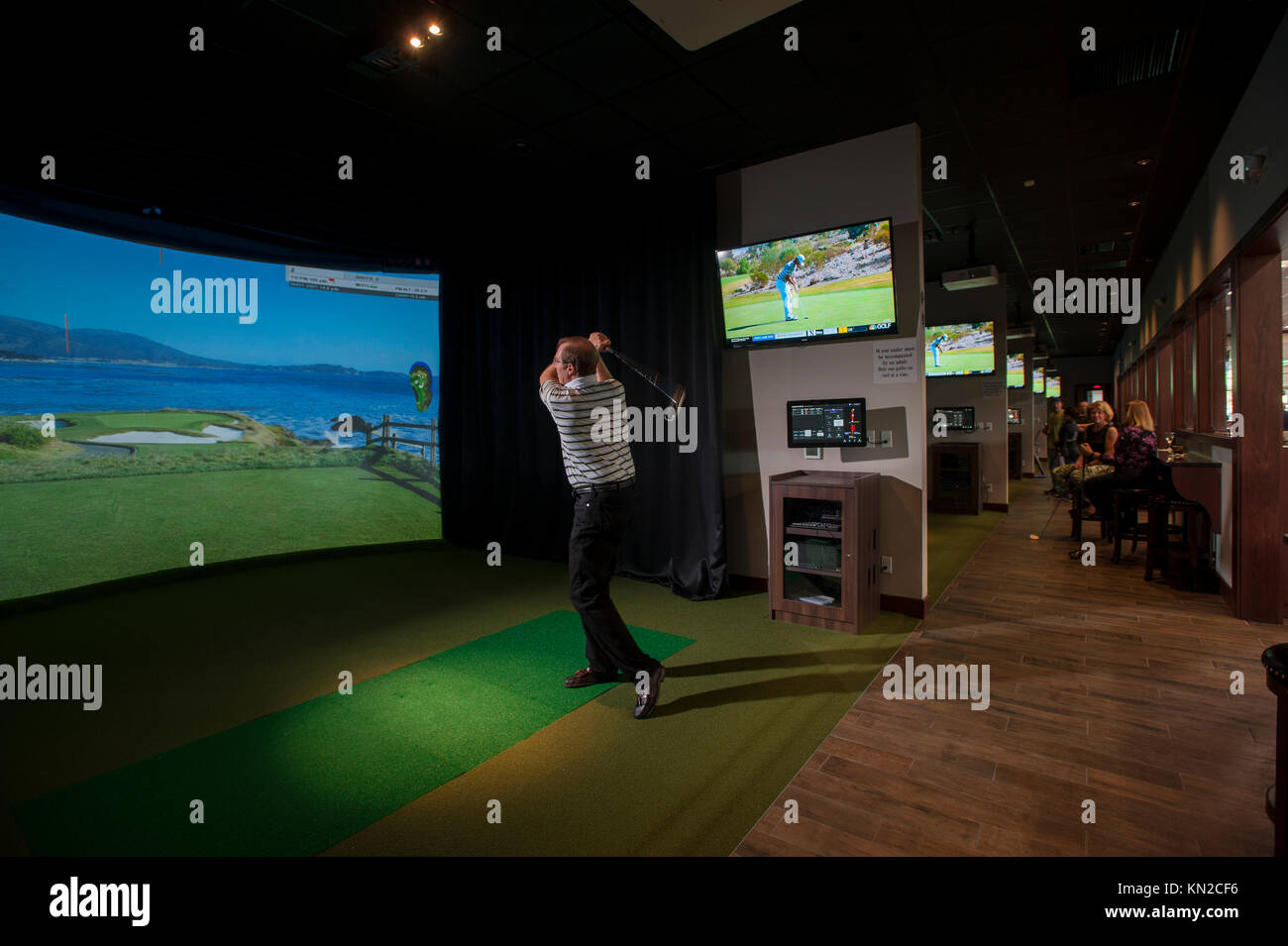 sports-indoor-simulator-virtual-golf-at-