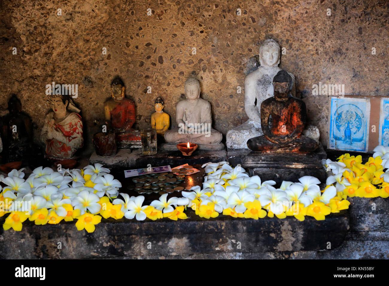 Rankot Vihara stupa UNESCO World Heritage Site, the ancient city of Polonnaruwa, Sri Lanka, Asia offerings to small - Stock Image