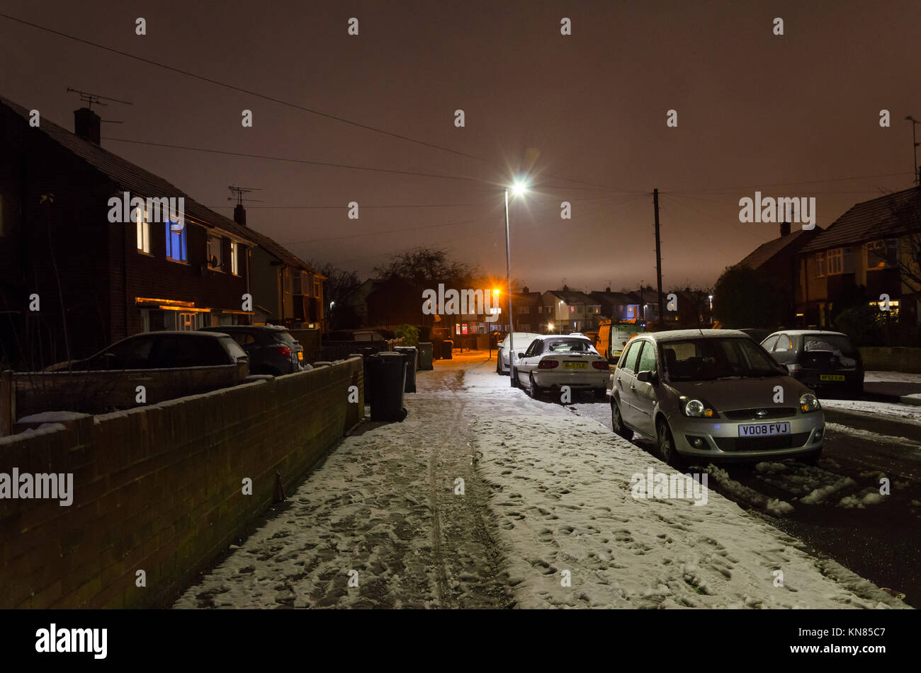 a-suburban-street-seen-at-night-after-a-day-of-snow-which-has-left-KN85C7.jpg