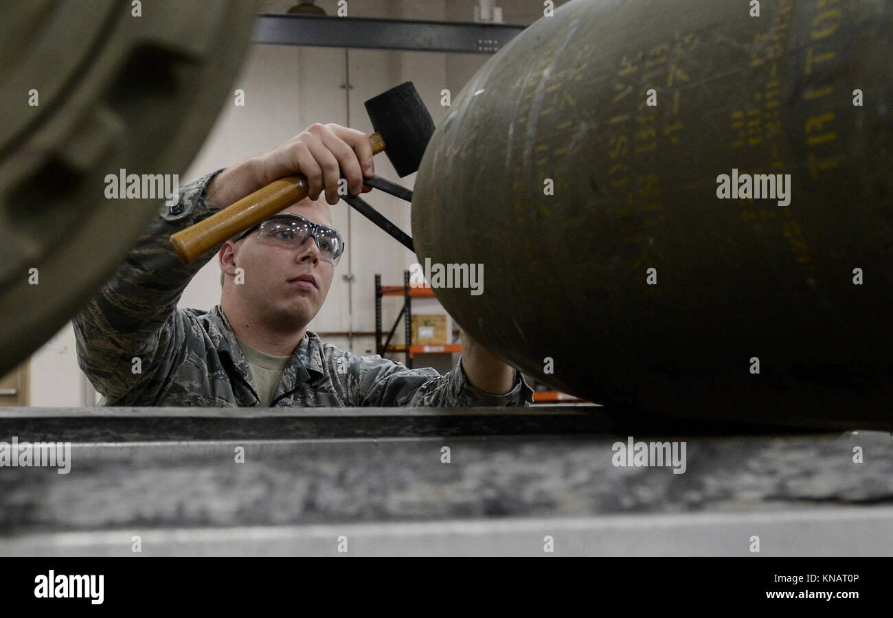 how to become a bomb technician
