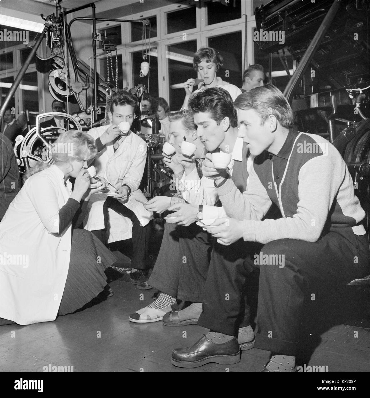 Male and female workers in printing factory drinking coffee, Finland 1959 - Stock Image