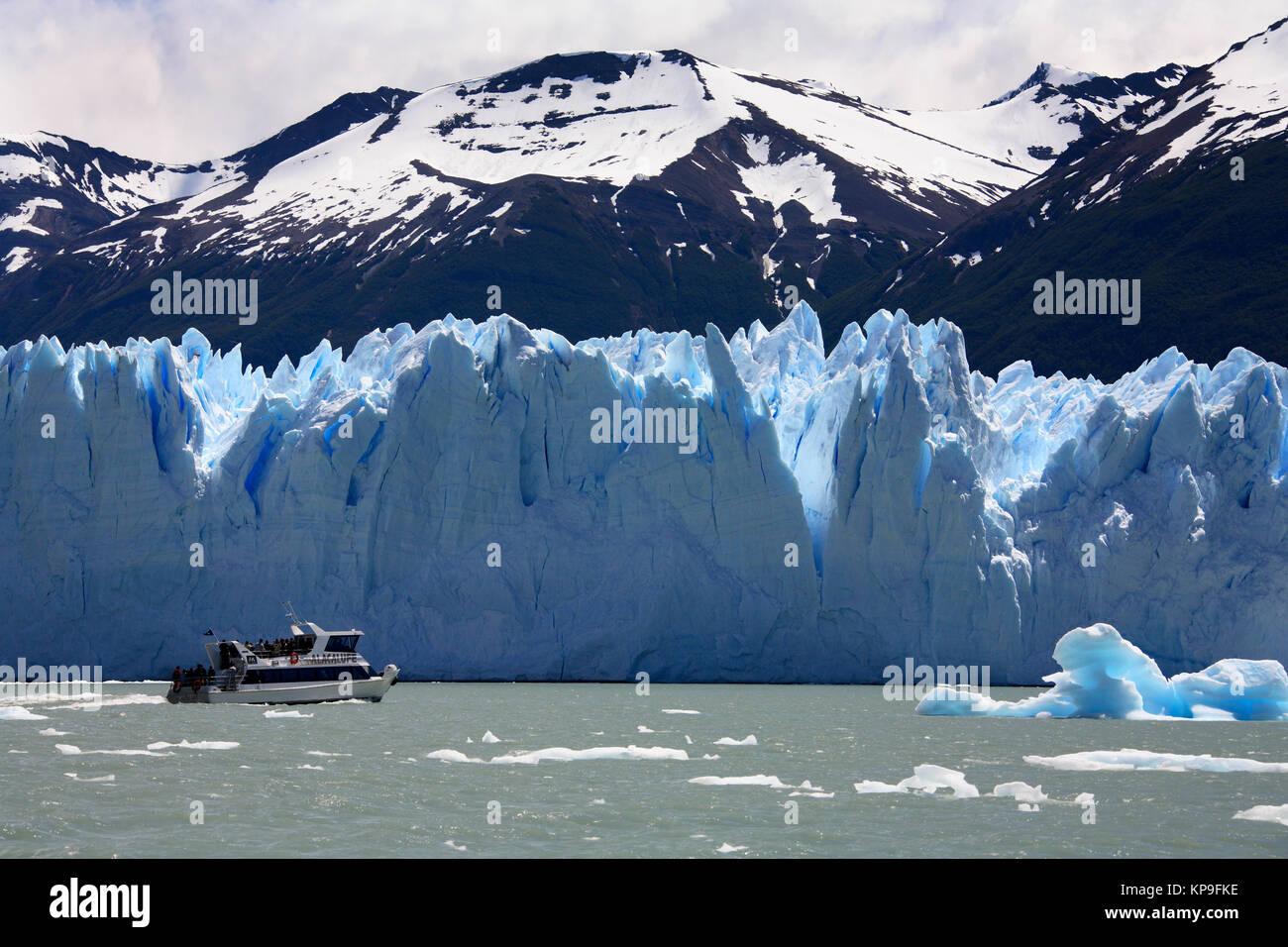 Tourist boat near the Perito Moreno Glacier, located in Lago Argentino in the Los Glaciares National Park in the - Stock Image