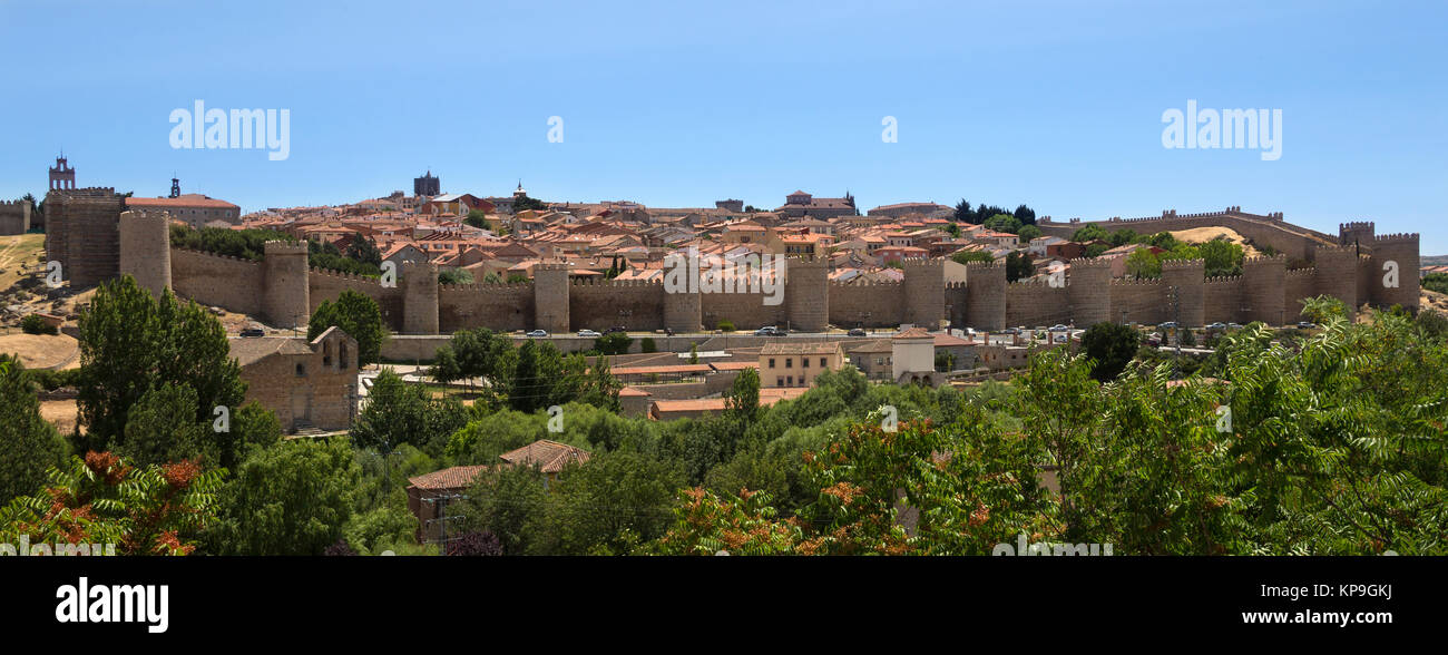 The medieval city walls and the city of Avila in the Castilla-y-Leon region of central Spain. - Stock Image