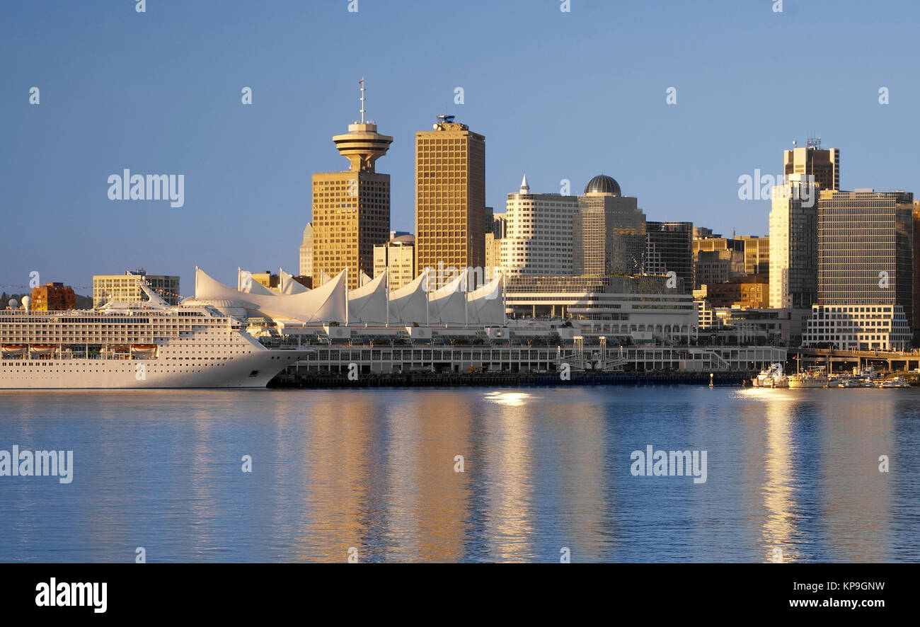 View from Stanley Park to downtown Vancouver and the cruise ship terminal - Stock Image