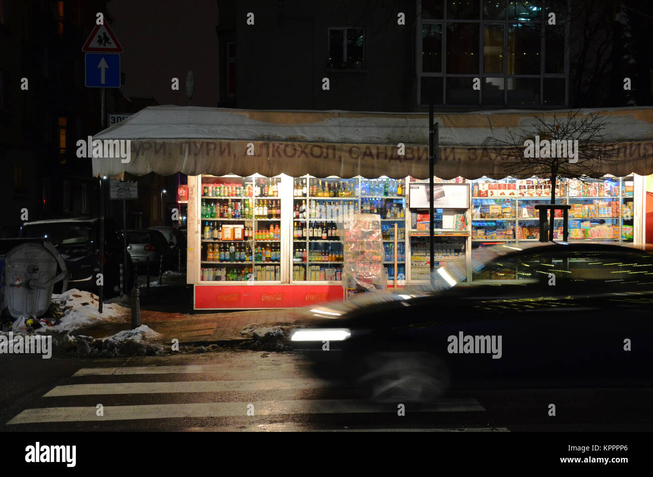 A kiosk next to a road at nighttime in Sofia, Bulgaria, eastern Europe - Stock Image