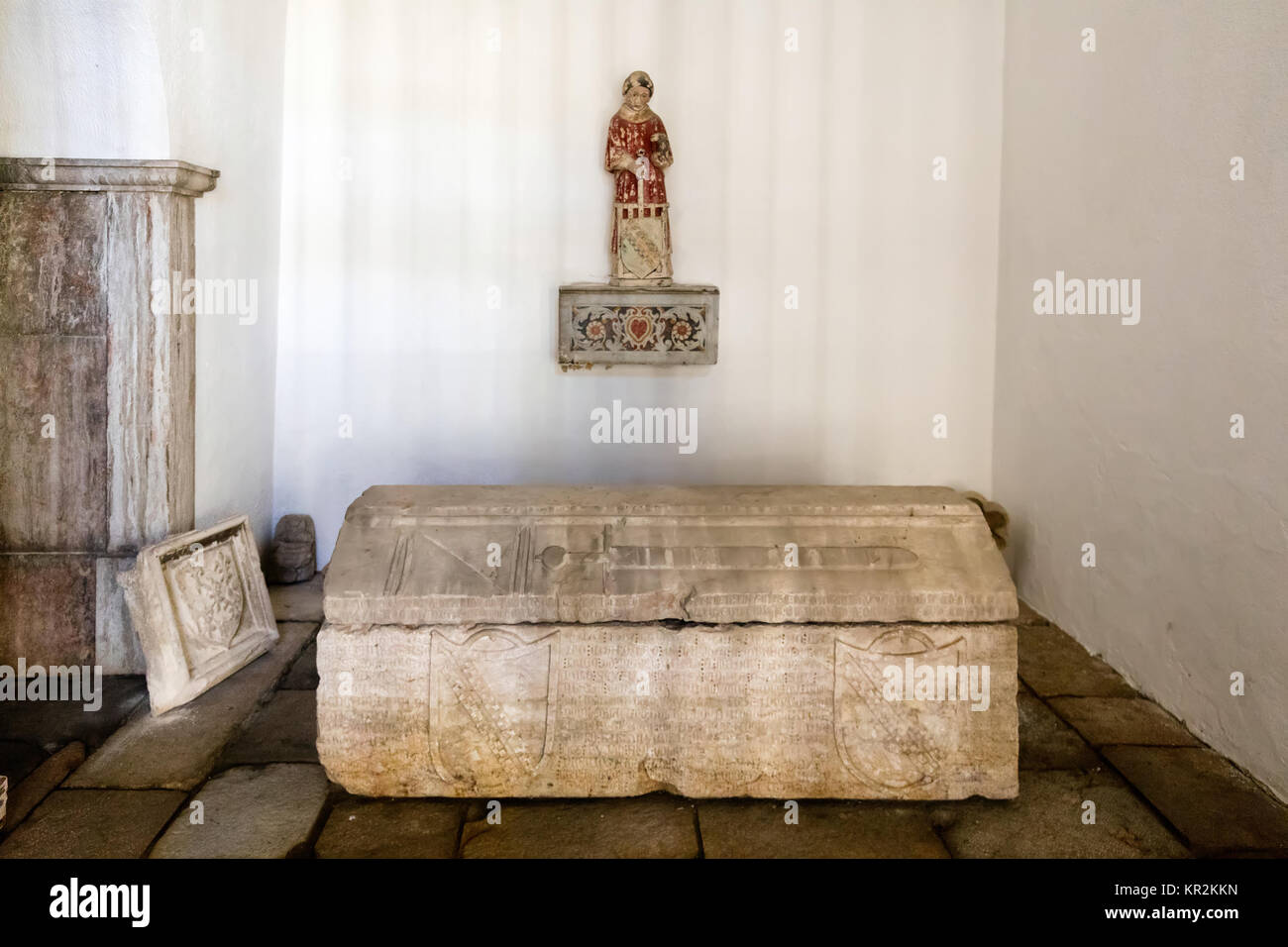 Medieval tomb in the Cloisters of  the Lisbon Cathedral in Lisbon, Portugal - Stock Image
