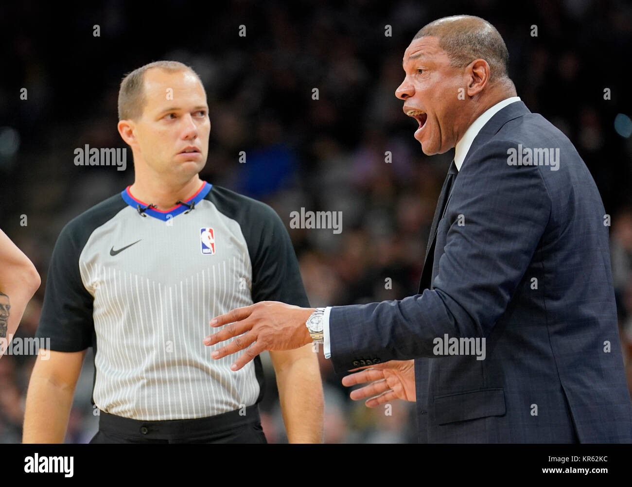 San Antonio, Estados Unidos. 19th USA. 18th Dec, 2017. Los Angeles Clippers head coach Doc Rivers (R) and referee - Stock Image