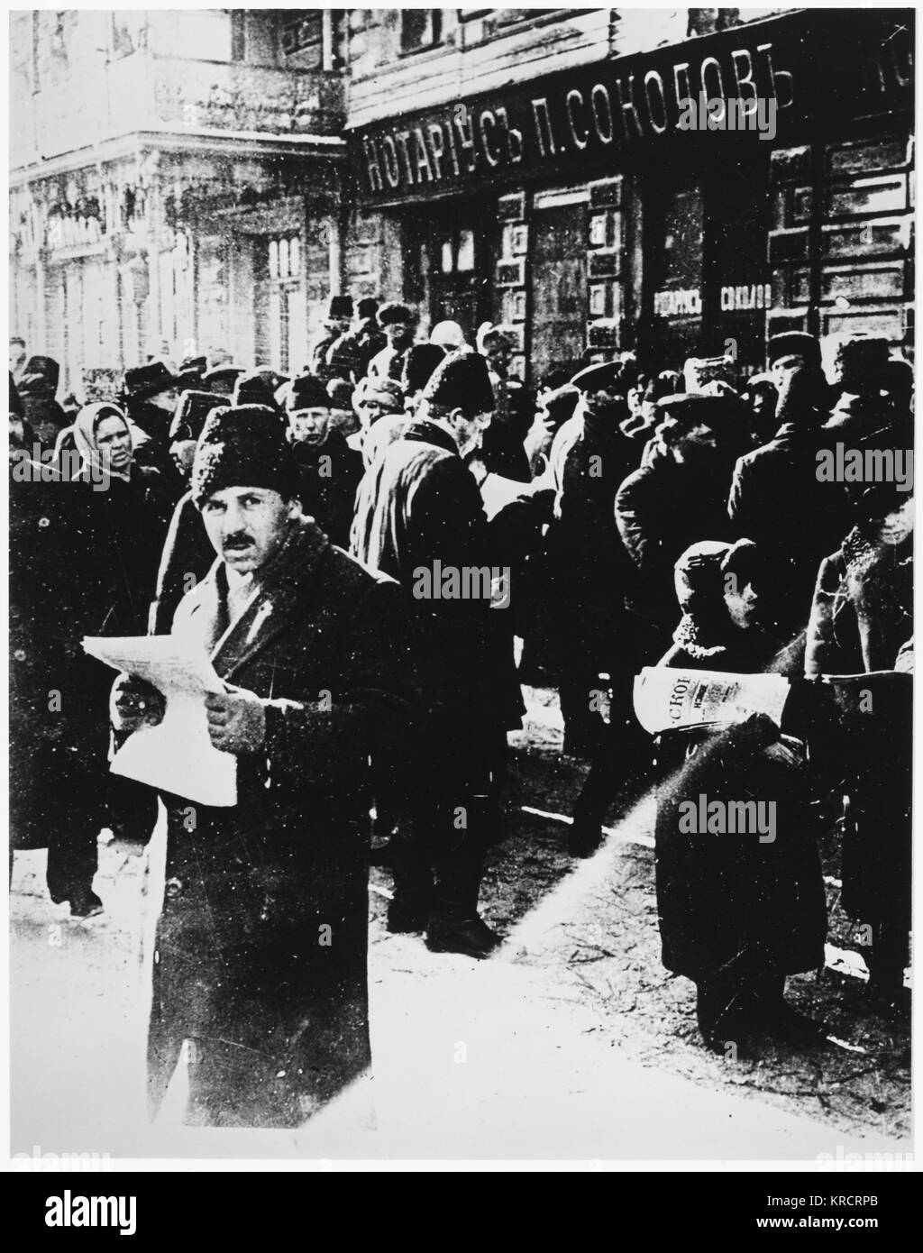 RUSSIAN REVOLUTION - Moscow - reading the first news of the Revolution. Date: FEBRUARY 1917 - Stock Image