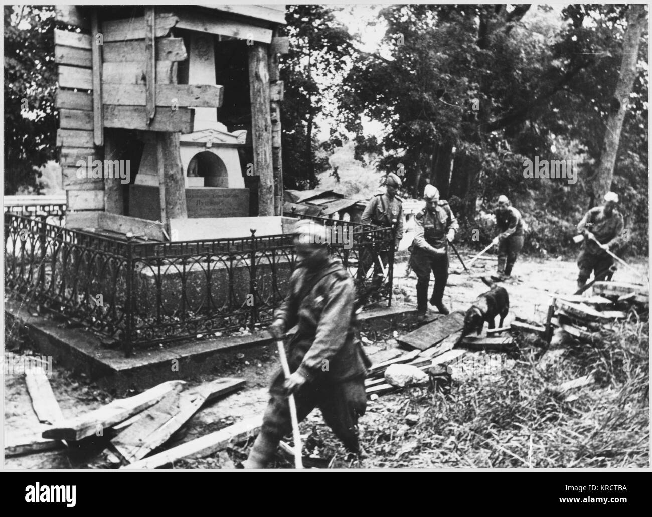 Soviet bomb disposal team check area around Pushkin's Grave. Date: 1942 - 1945 - Stock Image