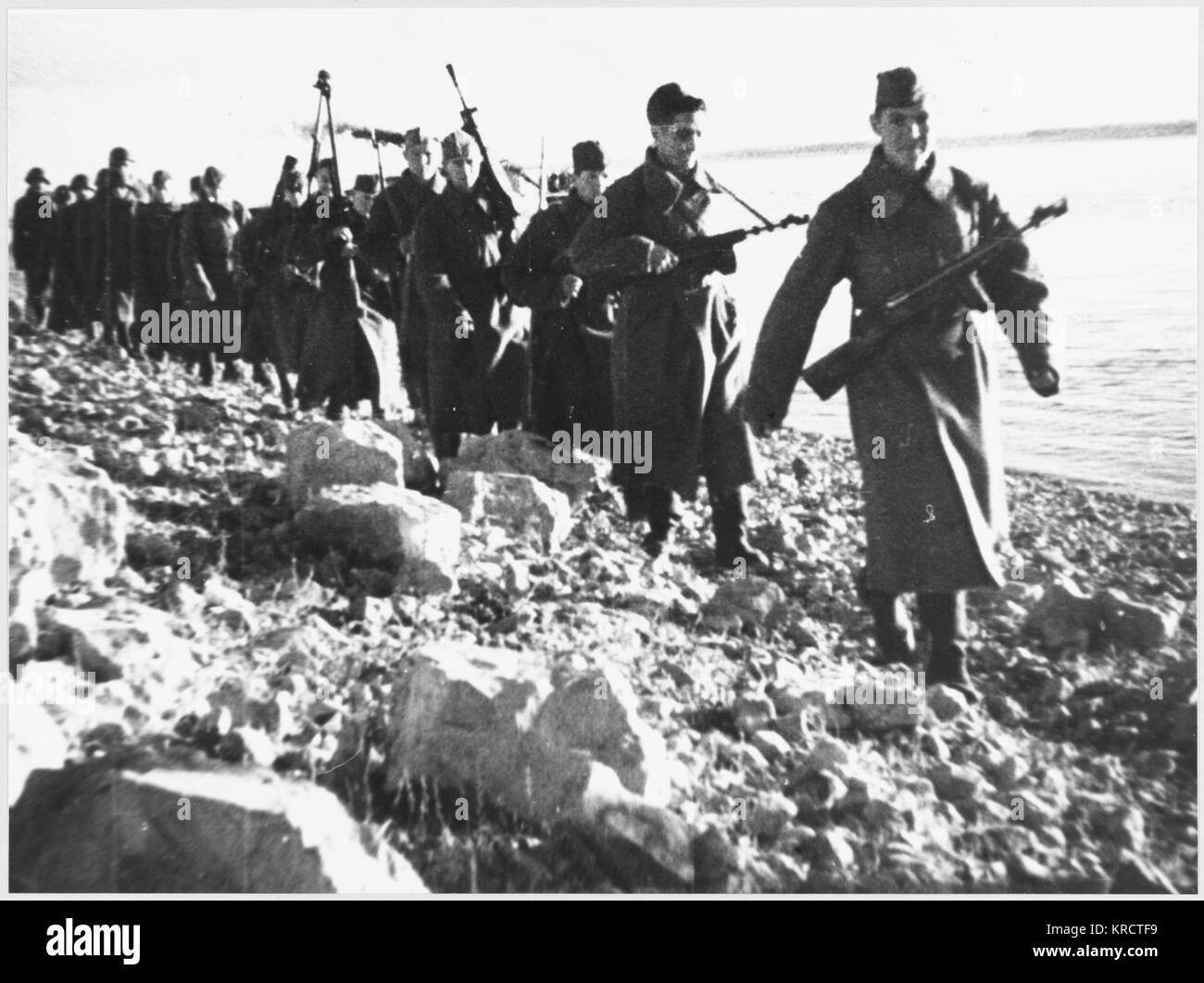 Re-inforcements arrive having crossed the Volga River. Date: 1942-43 - Stock Image