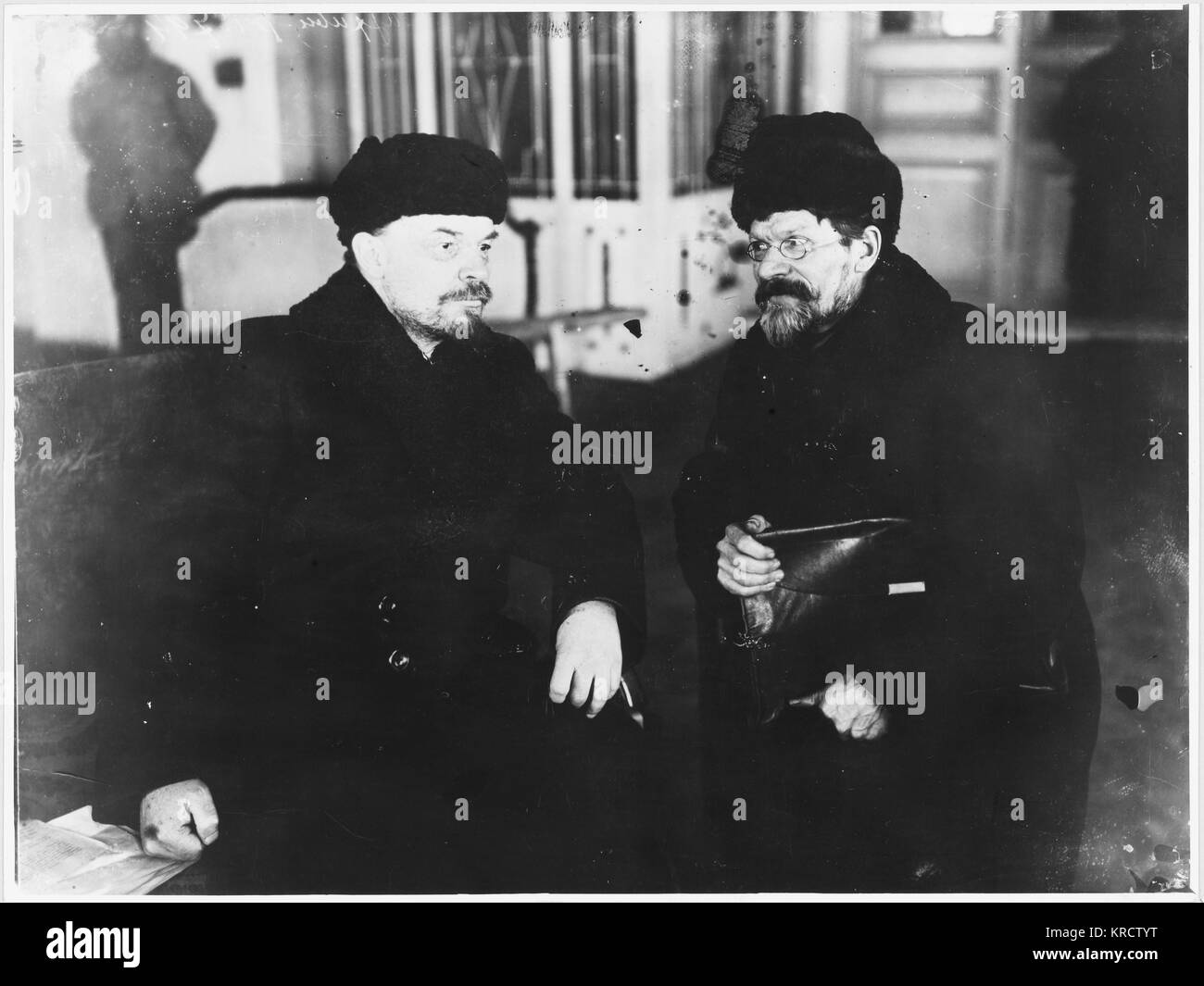 VLADIMIR ILYICH LENIN Sitting with M Kalinin Date: 1920 - Stock Image