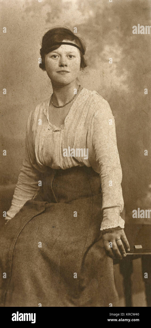 A fashionable young woman of the 1920s posing for her photograph. Date: circa 1920 - Stock Image