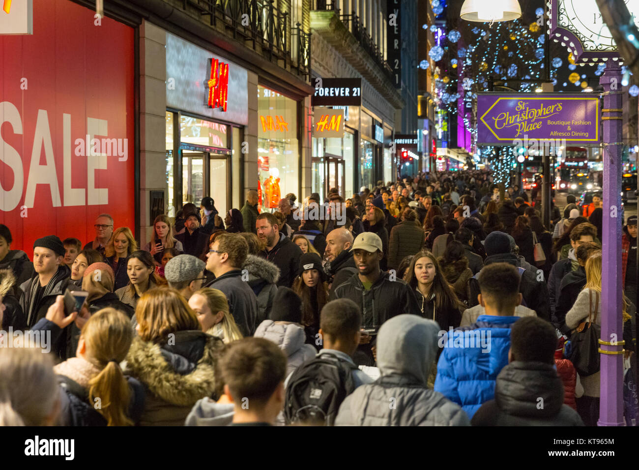 oxford-street-london-23rd-dec-2017-on-the-evening-before-christmas-KT965M.jpg