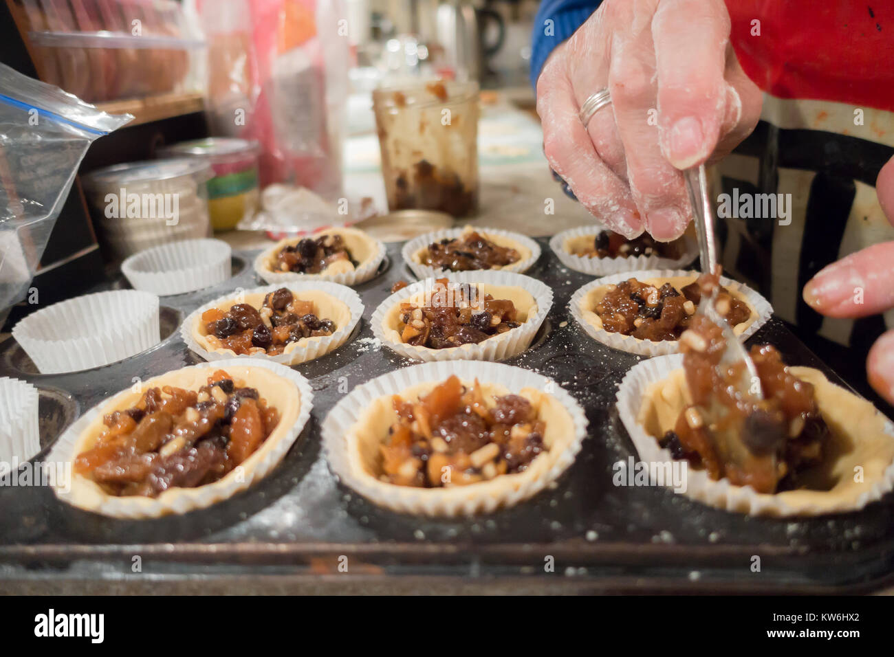 making-mince-pies-circles-of-pasty-have-been-placed-into-a-baking-KW6HX2.jpg