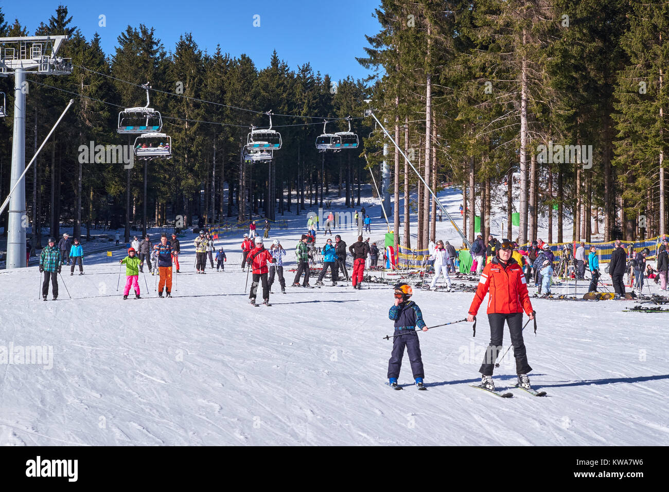 WINTERBERG, GERMANY - FEBRUARY 15, 2017: Woman and child on skies on a slope at Ski Carousel Winterberg - Stock Image