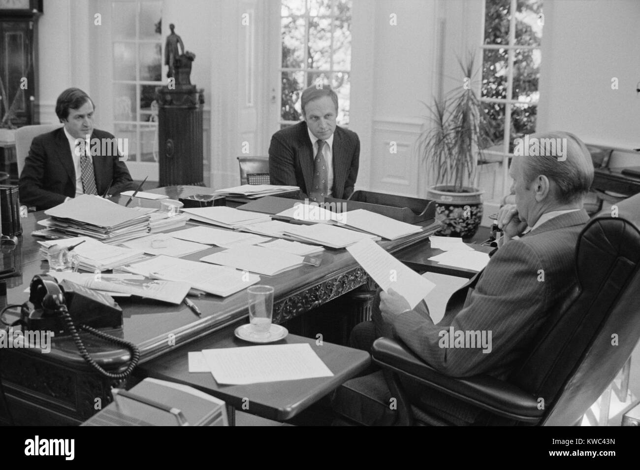 President Gerald Ford meeting with David Mathews(right) and Dick Cheney. Mathews was Secretary of HEW and Cheney - Stock Image