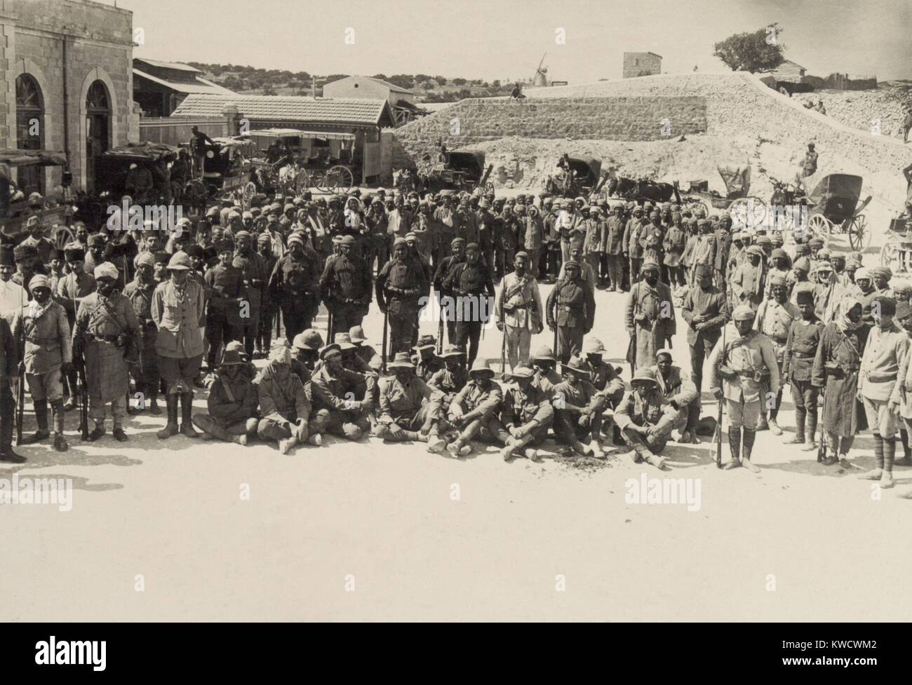 Seated Australian POWs captured at Shellal in the First Battle of Gaza, March 26, 1917. Soldiers of the Egyptian - Stock Image