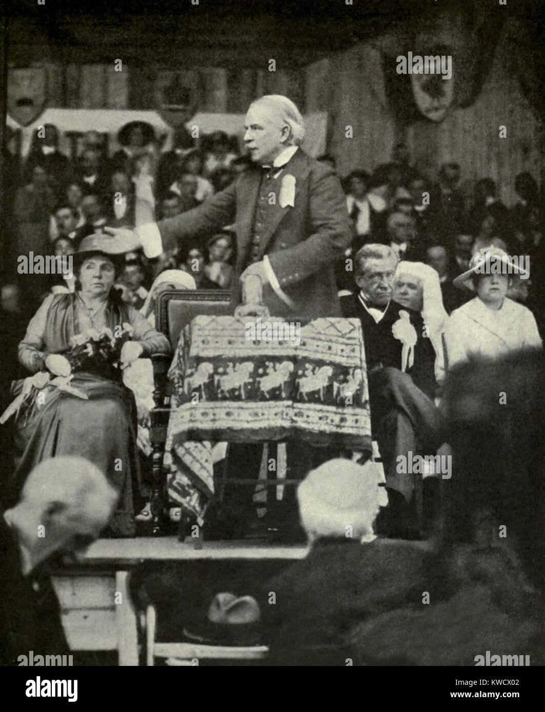 Liberal Prime Minister Lloyd George speaking at Welsh National Eisteddfod, Aug. 1917. A year into World War 1, he - Stock Image