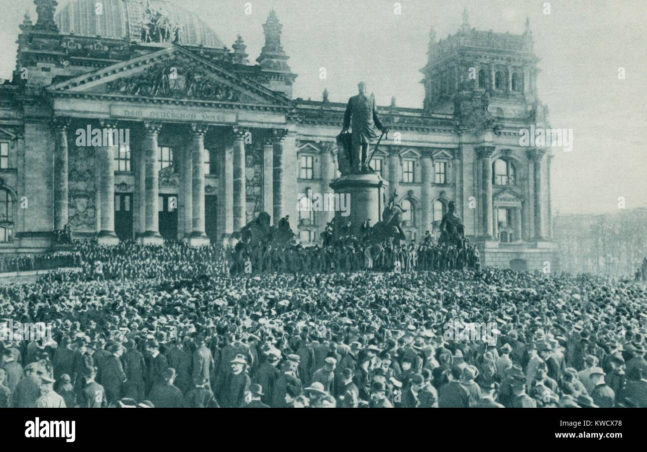 Crowd at the Reichstag Building, Berlin, at the proclamation of new government Nov. 10, 1918. Kaiser Wilhelm II - Stock Image