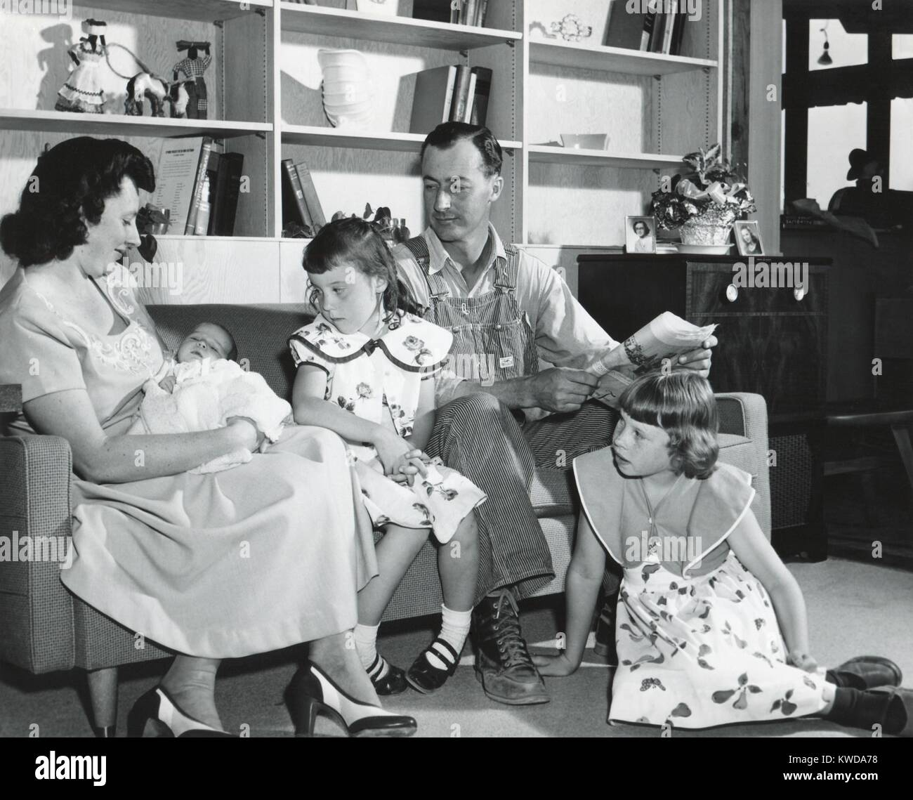 1950s American family at a new fashionable home in Washington State (BSLOC_2016_7_19) - Stock Image