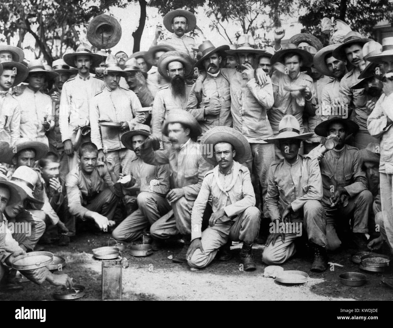 Spanish prisoners of war eating in US captivity in Manila, 1898. The Philippine revolutionary soldiers led by Emilio - Stock Image