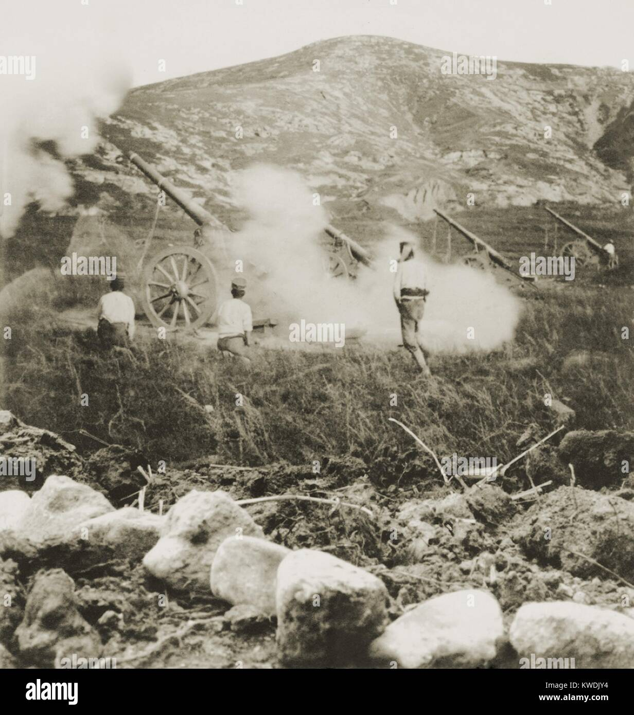 A Japanese field battery firing shells into Russian positions during the Siege of Port Arthur. Russo-Japanese War - Stock Image
