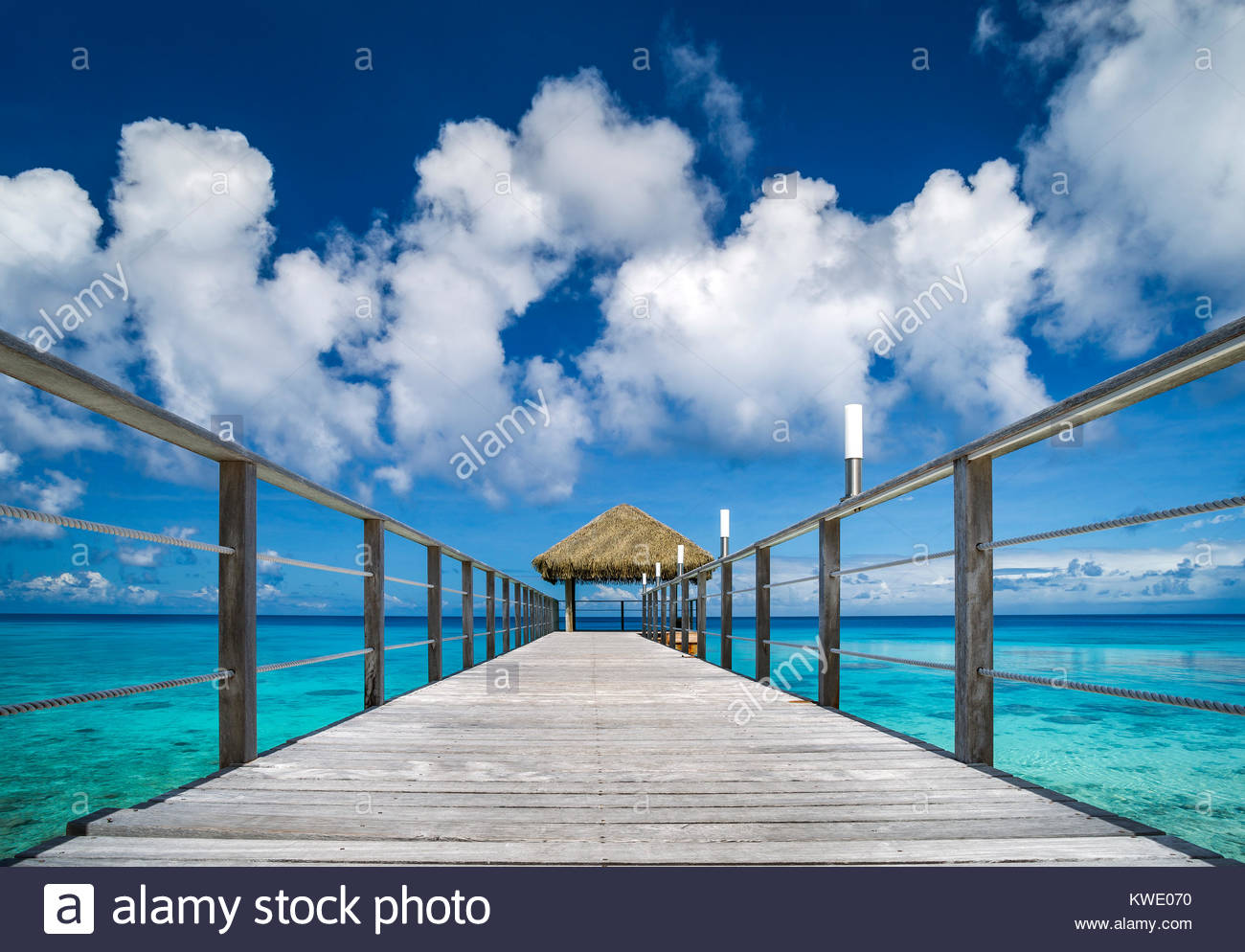 rangiroa-maitai-hotel-pontoon-over-the-l