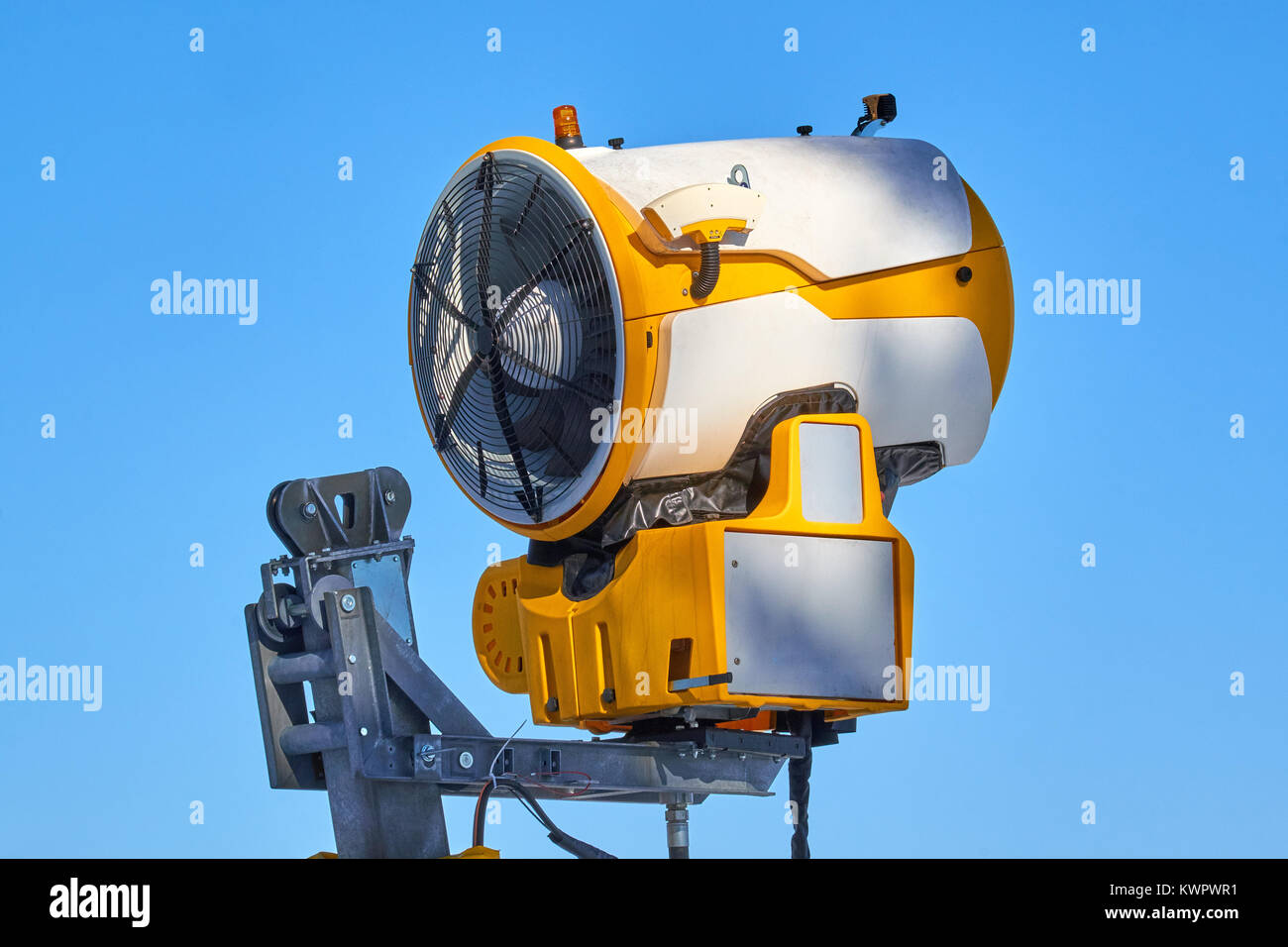 Turned off snow cannon up in the air on a stand at Ski Carousel Winterberg in bright sun - Stock Image