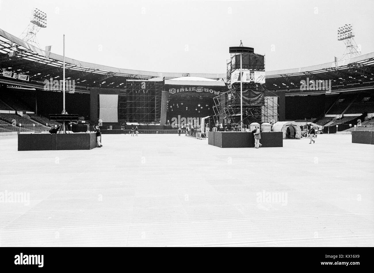 building-the-stage-in-wembley-stadium-fo