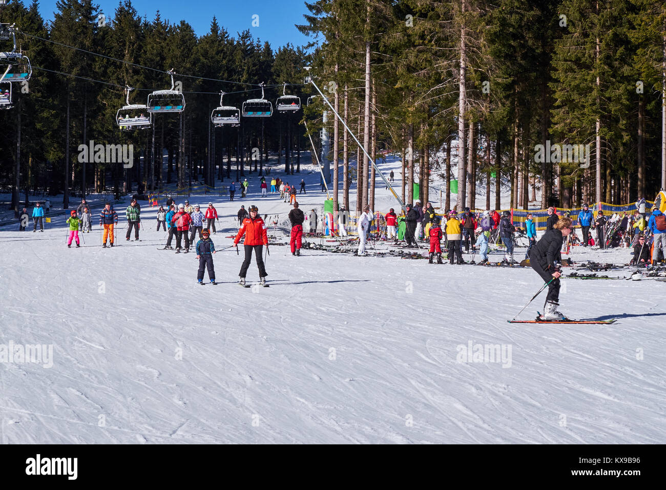 WINTERBERG, GERMANY - FEBRUARY 15, 2017: Many skiers taking a break on a piste at Ski Carousel Winterberg - Stock Image