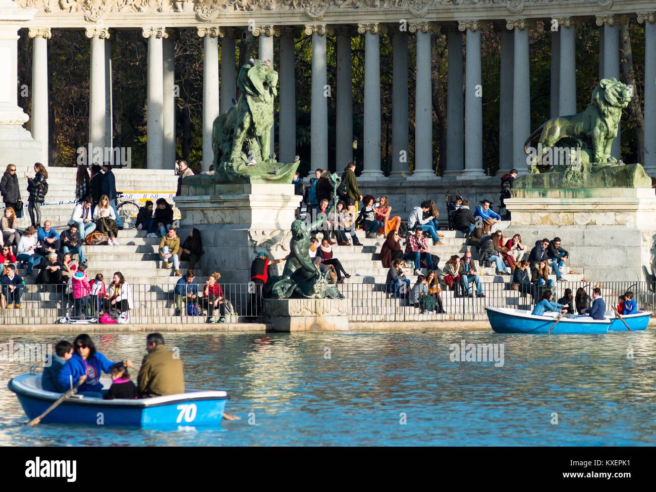 Boating on the main lake in Beun Retiro park, Madrid, Spain. - Stock Image