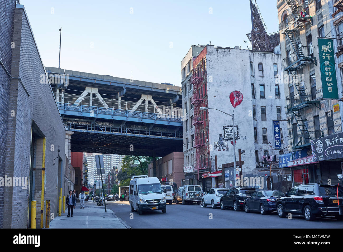 NEW YORK CITY - SEPTEMBER 24, 2016: A look down Henry Street in Lower Manhattan, with Manhattan Bridge crossing - Stock Image