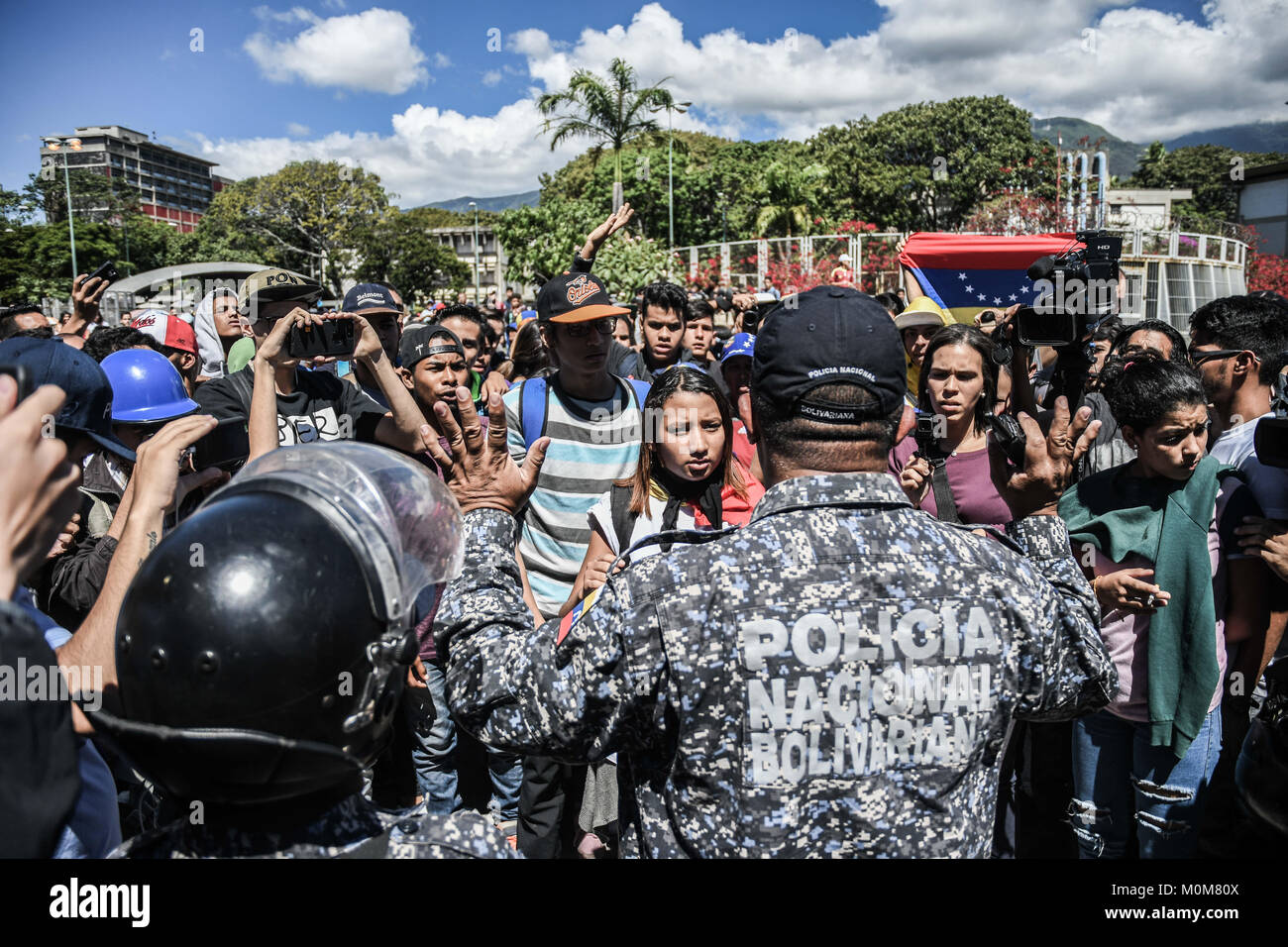 Caracas, Venezuela. 22nd Jan, 2018. Demonstrators seen negotiating with the police.Demonstrators clashed with security Stock Photo
