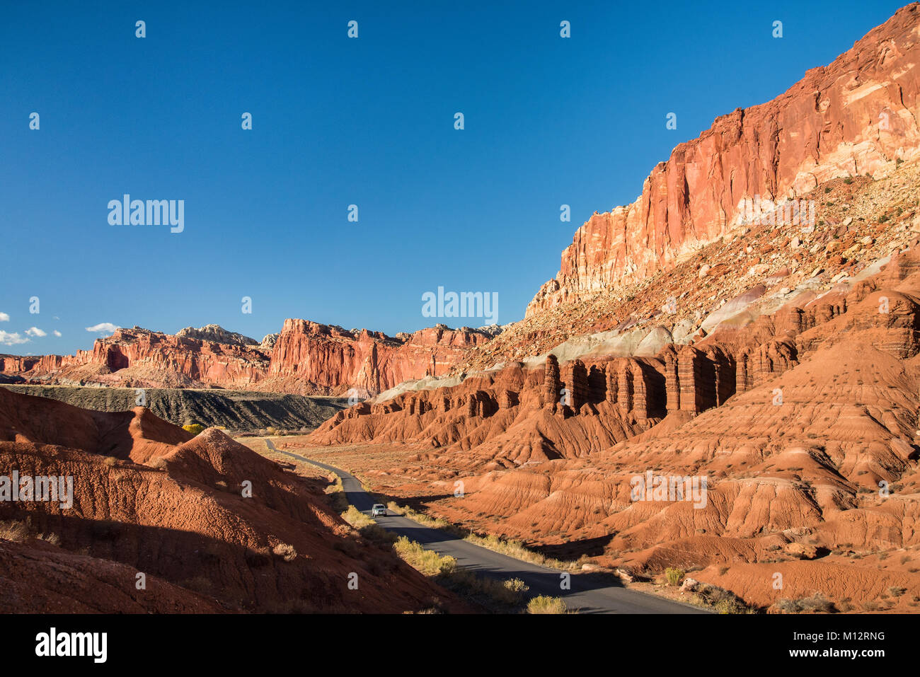 Scenic Drive and the layered sandstone escarpment of Waterpocket Fold, Capitol Reef National Park, Utah. - Stock Image