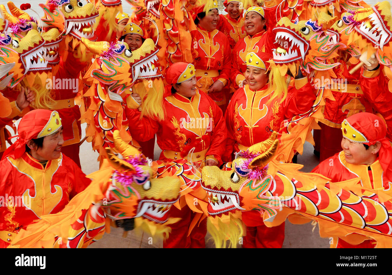 Beijing, China. 27th Jan, 2018. Villagers rehearse a dragon dance to make preparations to celebrate the Chinese - Stock Image