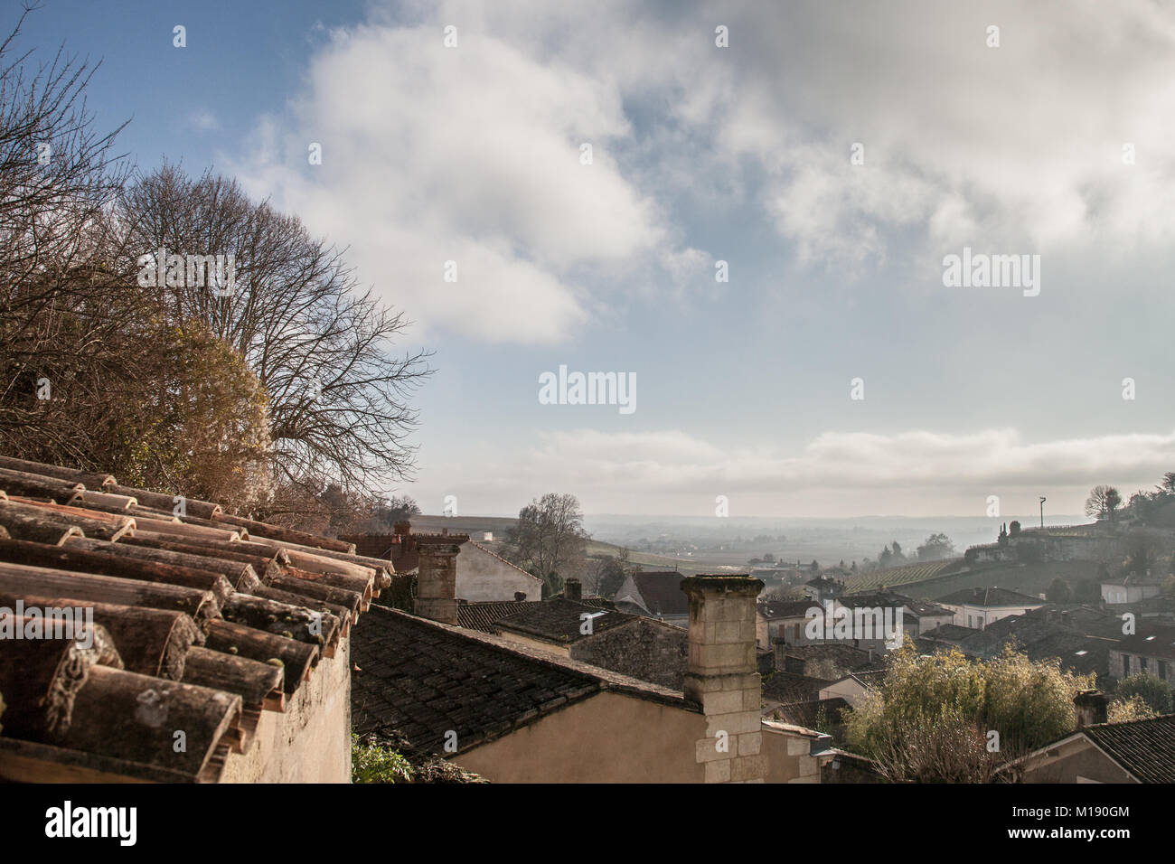 Panorama of the medieval city of Saint Emilion, France with the wineyards in background, during a sunny afternoon. - Stock Image