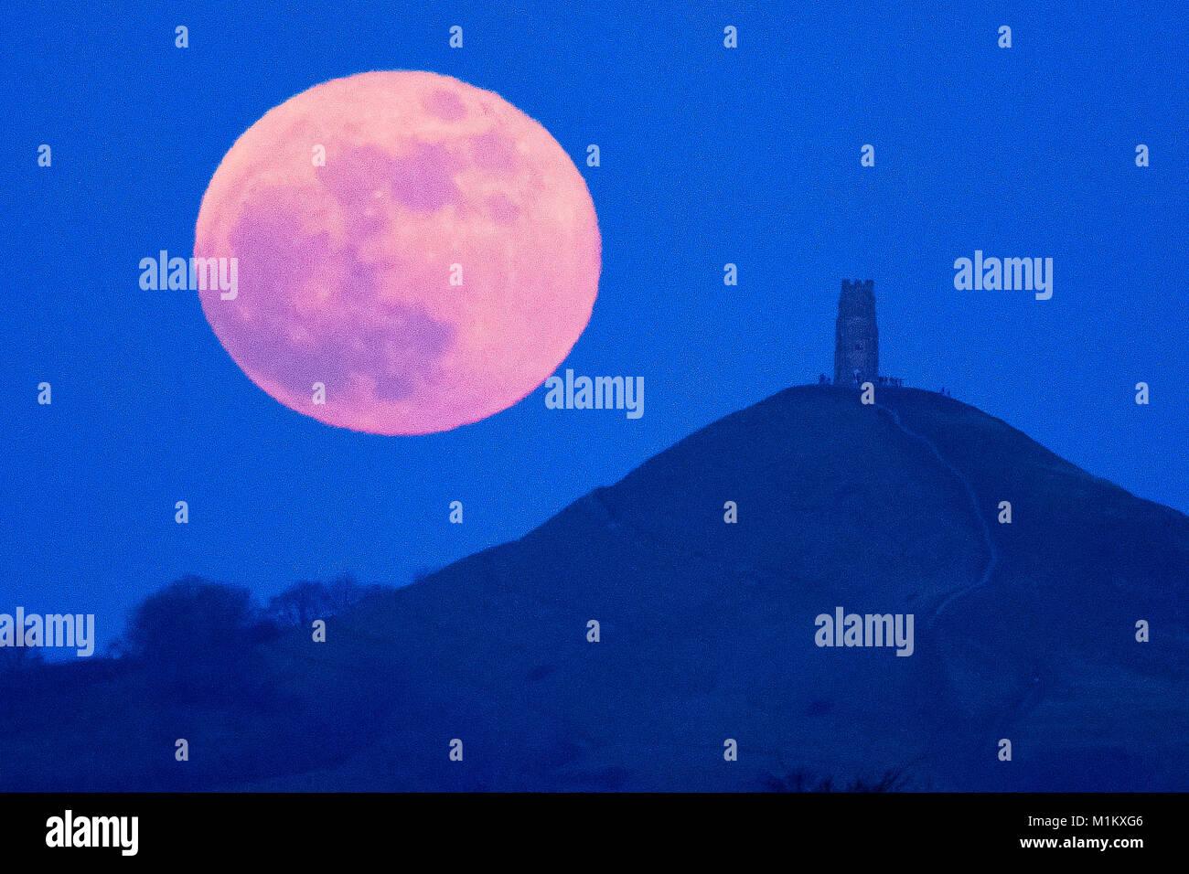 Glastonbury, Somerset, UK.  31st January 2018.  UK Weather. The Super Blue Blood Moon rising up from behind Glastonbury - Stock Image
