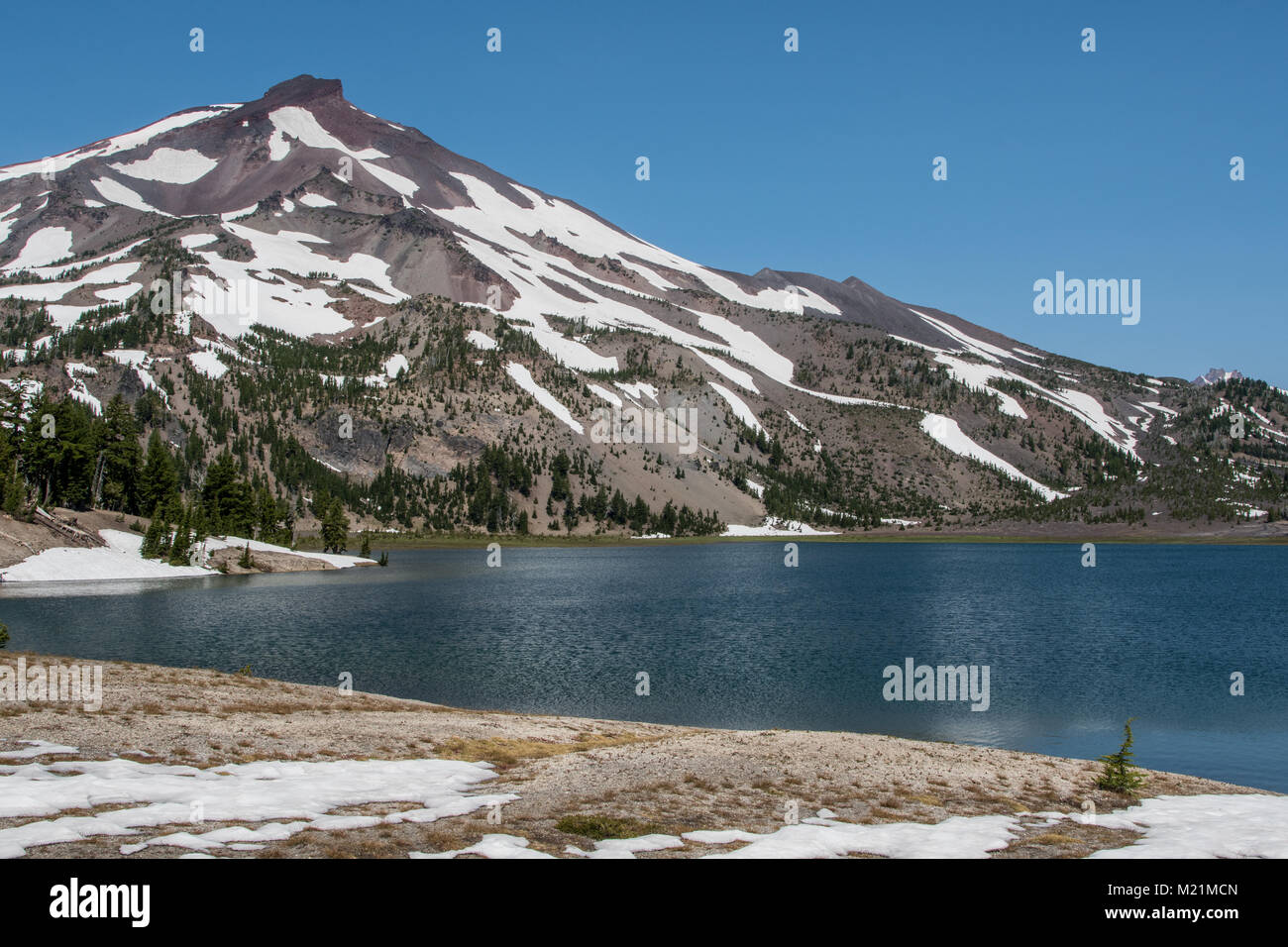 Snow Lingers Around Green Lakes in central Oregon wilderness - Stock Image