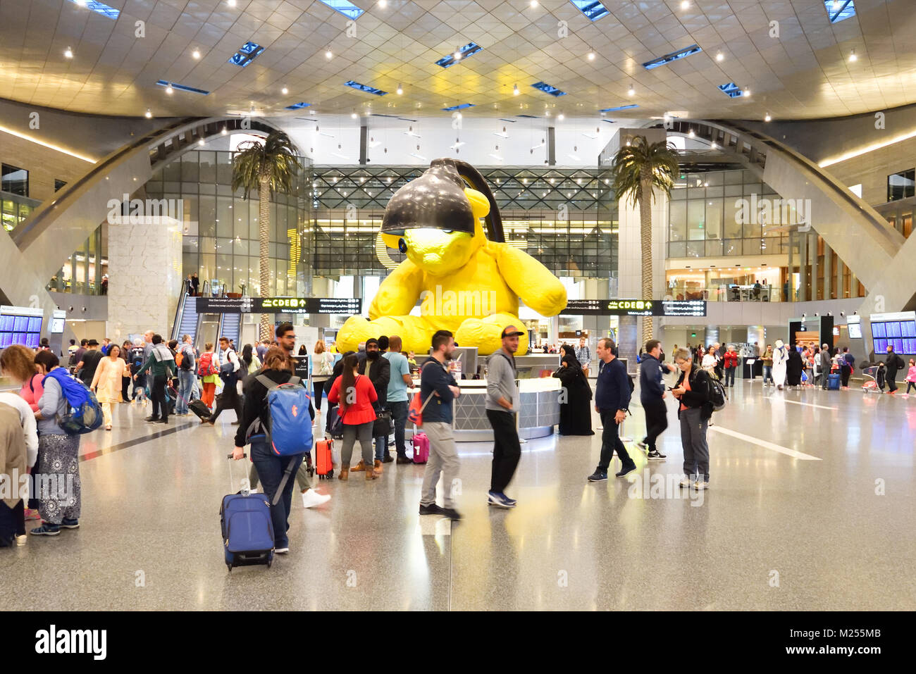 Qatar, Doha, Hamad International Airport. Within the transit area, the crowd move around the main lobby where the Stock Photo