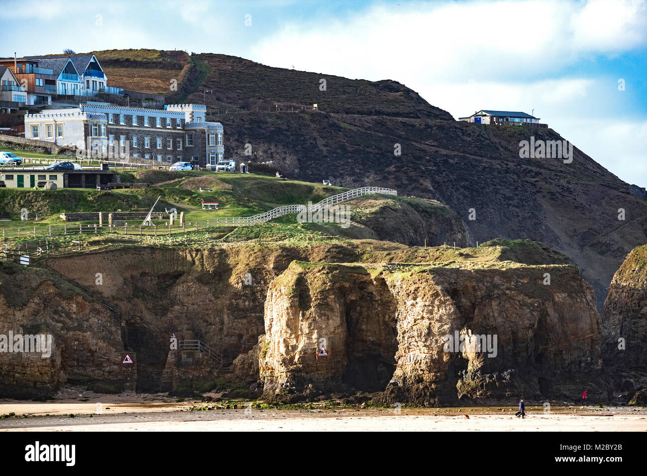 hotels and holiday apartments, on cliffs above the  beach at perranporth in cornwall, england, britain, uk. - Stock Image