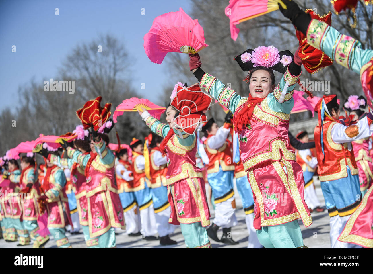 Fushun, China's Liaoning Province. 6th Feb, 2018. Actors perform Yangge dancing of Manchu ethnic group in Xinbin - Stock Image