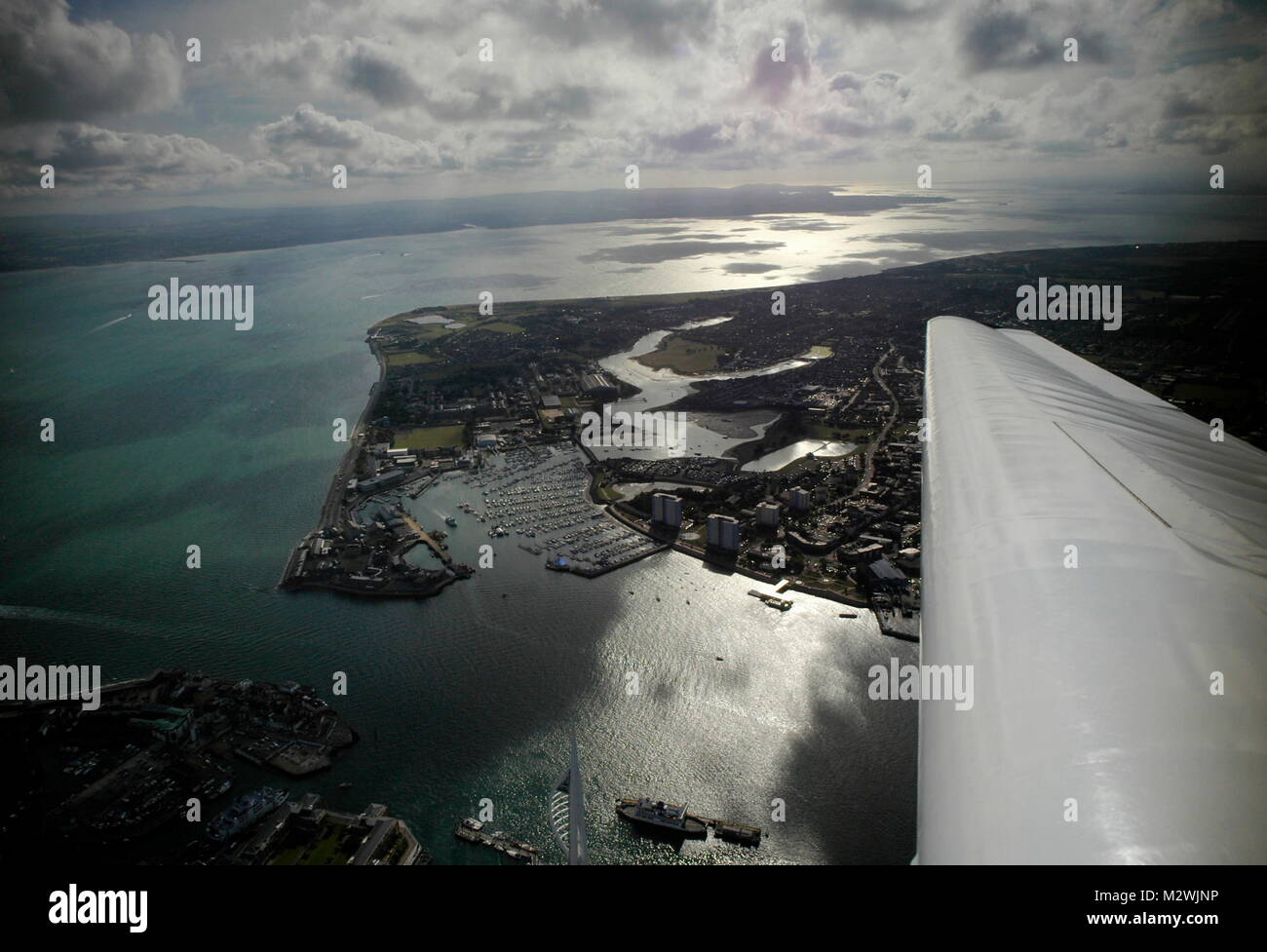 AJAXNETPHOTO. 24TH AUGUST, 2011. PORTSMOUTH, ENGLAND. - THE SOLENT - LOOKING WEST OVER A GLISTENING SOLENT. THE - Stock Image