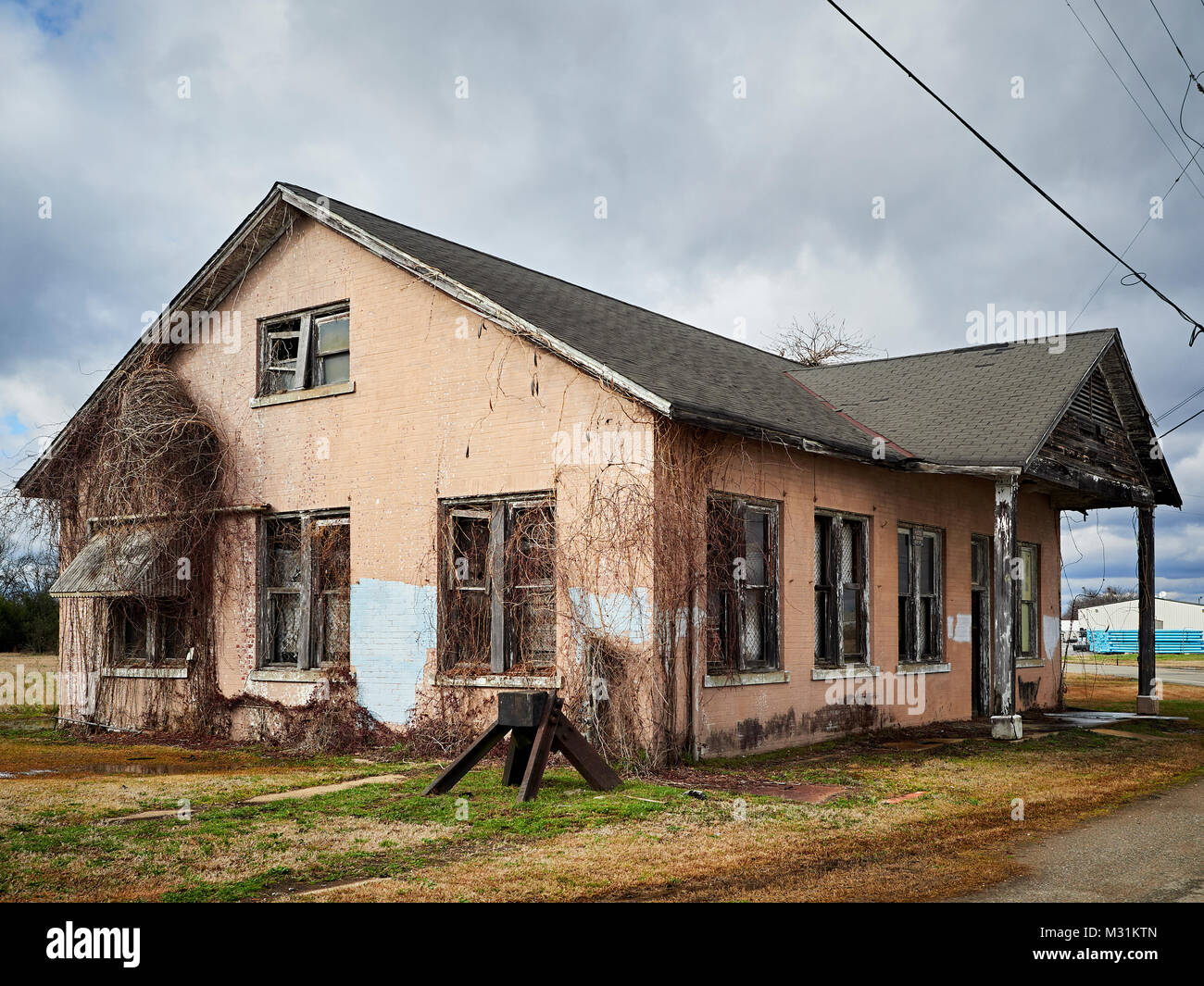 Abandoned freight office building along an abandoned railroad siding in Montgomery Alabama USA. - Stock Image