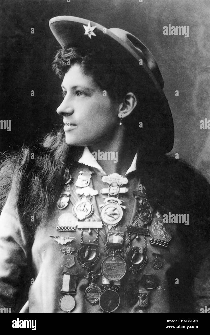 ANNIE OAKLEY (1860-1926) American exhibition sharpshooter - Stock Image