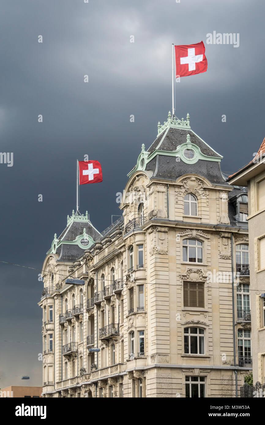 Schweizer Flagge auf Utoschloss am Zürisee, Zürich, Schweiz  | Utoschloss, historic city palais, neo baroc, - Stock Image