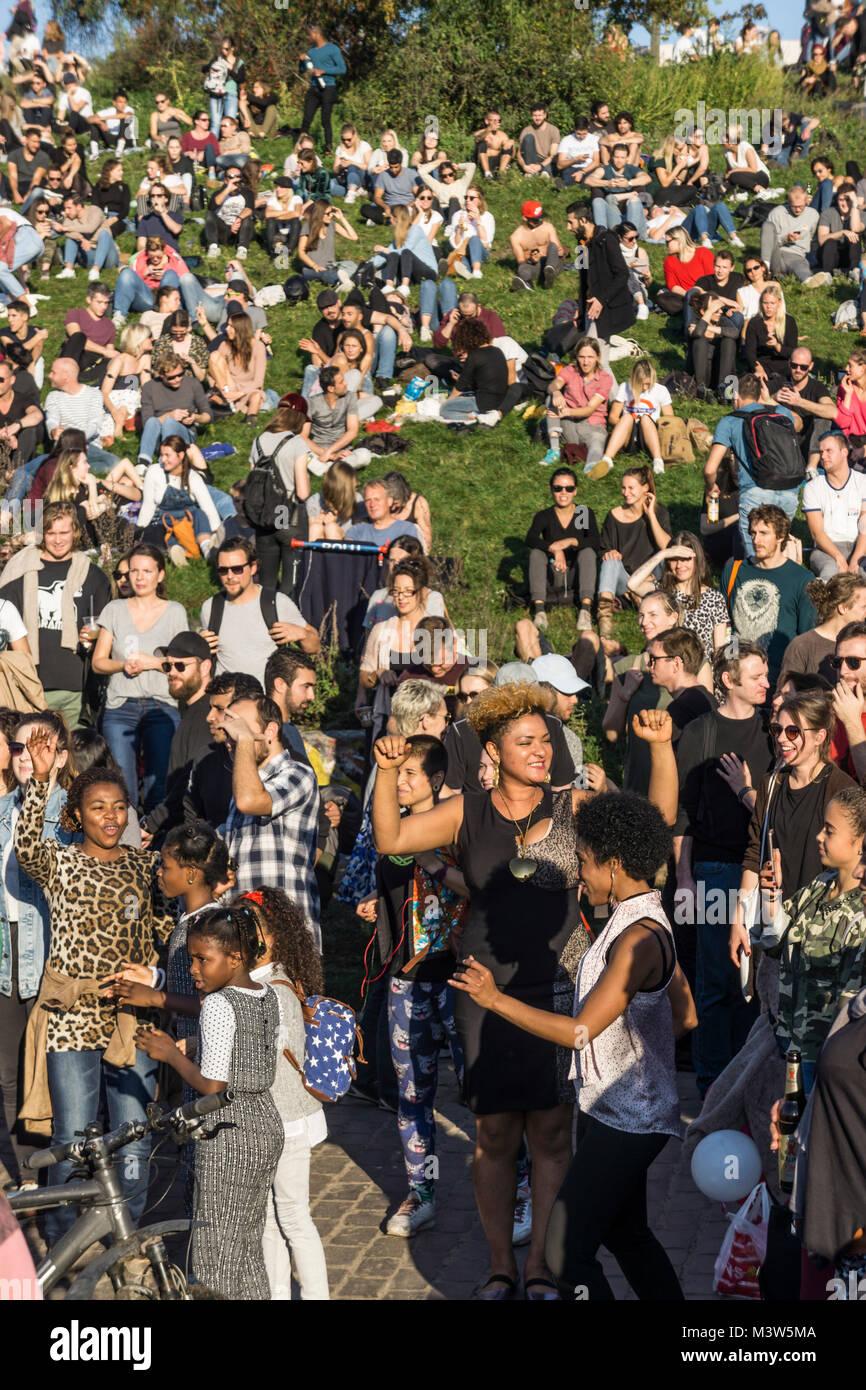 Menschen tanzen zu Drum Session, Mauerpark, Prenzlauer Berg, Berlin  |  Mauerpark, Prenzlauer Berg, Berlin  crowd - Stock Image