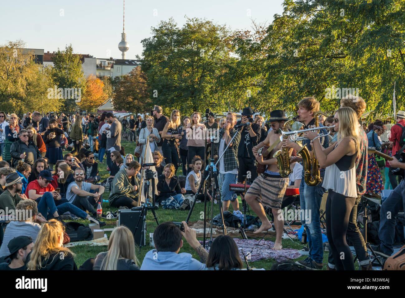 Live Band , Mauerpark, Prenzlauer Berg, Berlin  | crowd listening to live music , Mauerpark, Prenzlauer Berg, Berlin - Stock Image