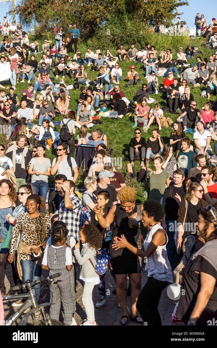 Mauerpark, Prenzlauer Berg, Berlin  crowd listening to drum session - Stock Image